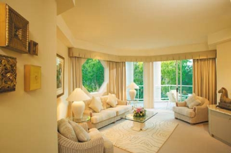 Villa Lounge Room - Individual Cream & Gold Decor