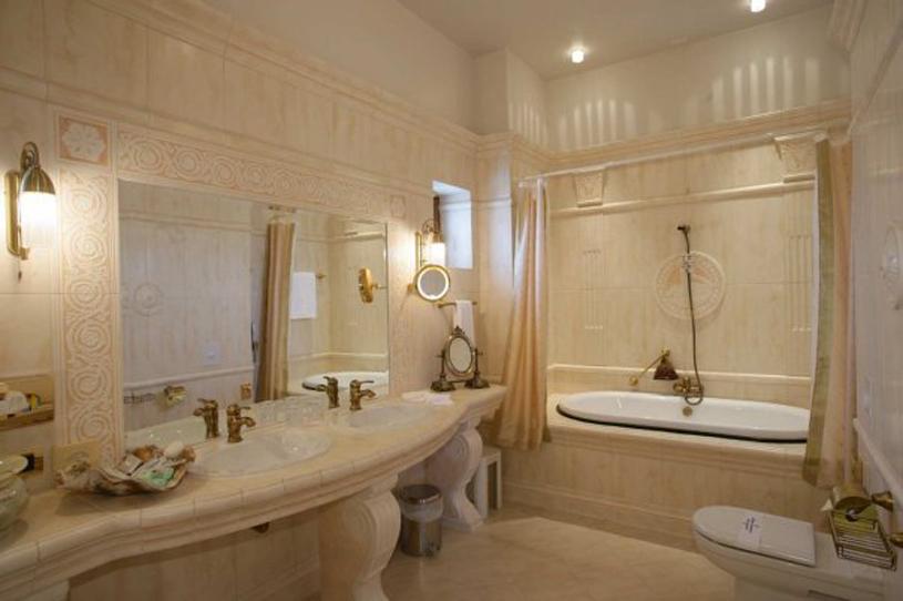 Carol Parc Hotel Guest Bathroom