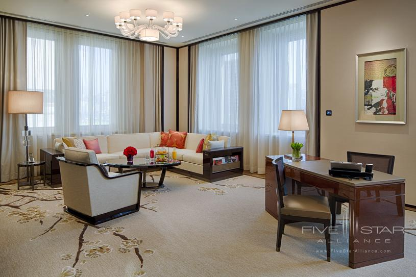 The Peninsula Hong Kong Deluxe Suite Living Room. Featuring chiccontemporary classic design enhanced by high ceilings and large windowsa Deluxe Suite affords the ability to comfortably host up to eight guests for dinner or drinks in the dedicated dining areawhich doubles as a convenient meeting venue. A separateluxuriously appointed bedroom features the finest creature comfortsincluding the latest fully-equipped audio-visual technologyas well as high-speed complimentary wireless broadband internet access to complete a supremely comfortable Deluxe Suite stay.
