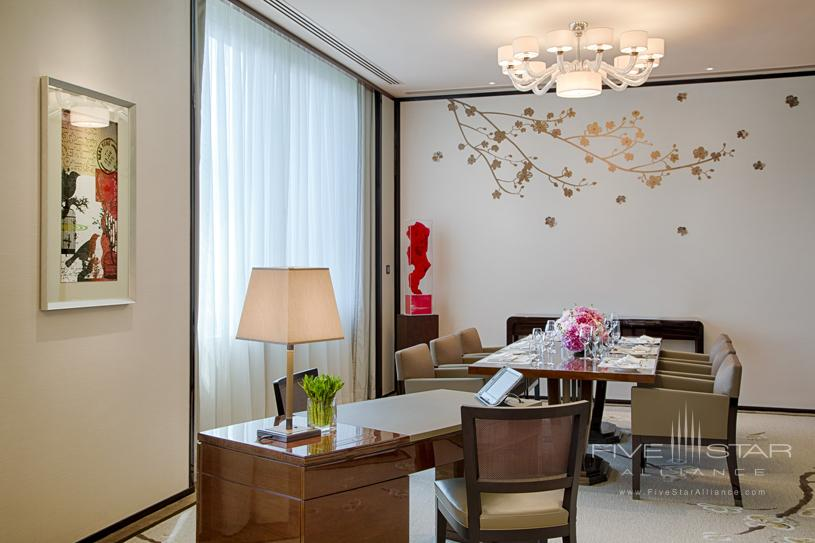 The Peninsula Hong Kong Deluxe Suite Dining Room. Featuring chiccontemporary classic design enhanced by high ceilings and large windowsa Deluxe Suite affords the ability to comfortably host up to eight guests for dinner or drinks in the dedicated dining areawhich doubles as a convenient meeting venue. A separateluxuriously appointed bedroom features the finest creature comfortsincluding the latest fully-equipped audio-visual technologyas well as high-speed complimentary wireless broadband internet access to complete a supremely comfortable Deluxe Suite stay.