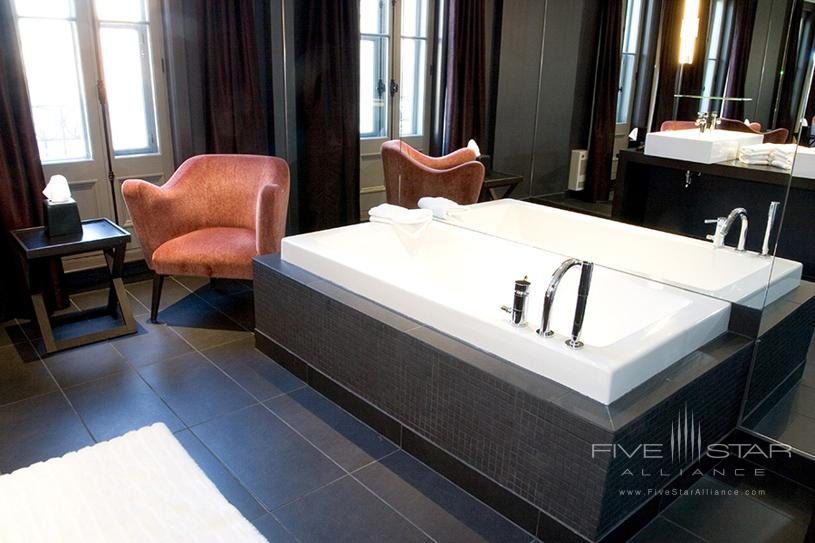 Hotel 10 Montreal Deluxe Bathroom