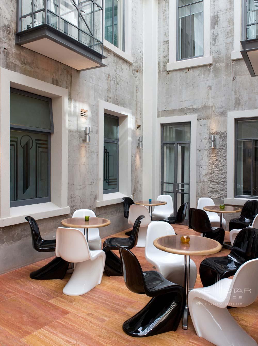 Courtyard at of Hotel DeBrett Auckland