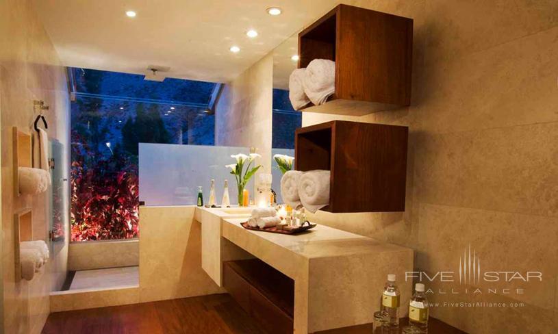 Hotel Rio Sagrado Guest Bathroom