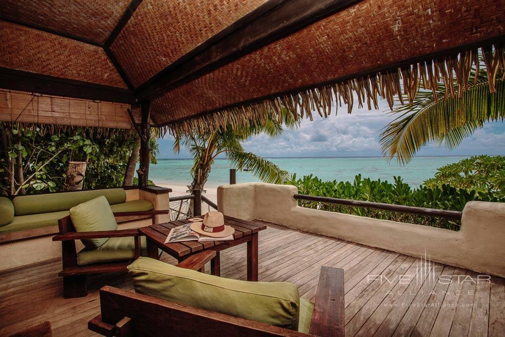 Premium Beachfront Bungalows are situated directly on the white sand beach framing Aitutaki s luminescent lagoon at Pacific Resort Aitutaki